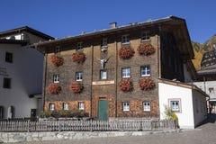 Skigebied in Kurzras Maso Corto - mening van het oudste gebouw stock afbeelding