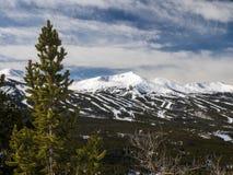 Skigebied met blauwe hemel Stock Afbeelding