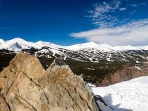 Skigebied met blauwe hemel Royalty-vrije Stock Afbeelding