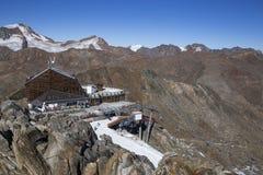 Skigebiet in Kurzras Maso Corto - Ansicht des Gletscher-Hotels Grawand mit dem Anfang, zum Ski zu fahren Piste lizenzfreie stockfotografie