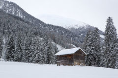 Skihütte in den schneebedeckten österreichischen Alpen Lizenzfreie Stockfotos