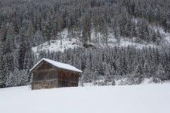 Skihütte in den schneebedeckten österreichischen Alpen Stockfoto