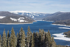 Skihelling boven het meer Stock Fotografie