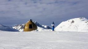 skihelling de sneeuw, de achtergrond van het helmchroom Royalty-vrije Stock Fotografie