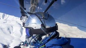 skihelling de sneeuw, de achtergrond van het helmchroom Stock Foto