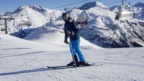 skihelling de sneeuw, de achtergrond van het helmchroom Royalty-vrije Stock Afbeeldingen