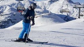 skihelling de sneeuw, de achtergrond van het helmchroom Stock Fotografie