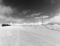 Skihelling en hotel in de winterbergen Royalty-vrije Stock Foto's