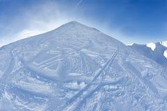 Skihelling met verse sneeuw Stock Foto