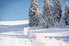 Skihelling op de bergen Stock Fotografie
