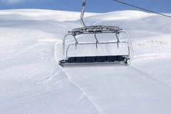 Skihelling, stoeltjeslift bij de skitoevlucht Royalty-vrije Stock Afbeeldingen