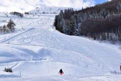 Skihellingen en skiërs Stock Foto's