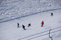 Skihellingen en skiërs Royalty-vrije Stock Foto's