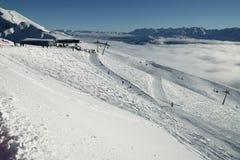 Skihellingen op de zuidelijke Rand van hellingsaibga van de Westelijke Kaukasus in Rosa Khutor Alpine Resort Stock Afbeeldingen