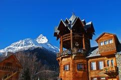 Skihotel in der Winterrücksortierung Stockfoto