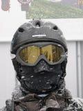 Skiier com cara cobriu completamente vestir um capacete e óculos de proteção Fotografia de Stock Royalty Free