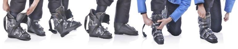 Skiier demuestra cómo poner las botas de esquiar Fotografía de archivo libre de regalías