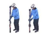 Skiier demuestra cómo conectar los esquís y prepararse para llevar Imagenes de archivo