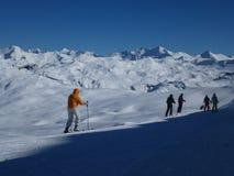 Skiiers på en solig dag Royaltyfri Fotografi