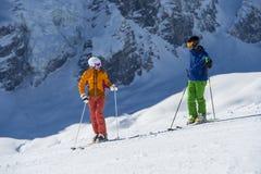 Skiing downhill - break and talking. To discuss bevor start - alpine skiing Stock Photo
