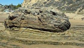 Skiktad stenblock på shoreline på Crystal Cove State Park, sydliga Kalifornien Royaltyfri Fotografi