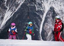 Skilehrer und zwei junge Skifahrer auf dem Hügel Skiort in Österreich, Zams am 22. Februar 2015 Lizenzfreies Stockfoto