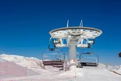 Skilift in bergen bij de winter Stock Fotografie