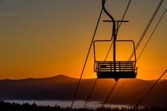 Skilift bij dageraad in de bergen van Siberië Royalty-vrije Stock Afbeelding