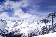 Skilift bij de skitoevlucht. Stock Foto's