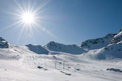 Skilift bij hoge hoogtetoevlucht, zon met gloed Royalty-vrije Stock Afbeeldingen
