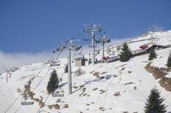 Skilift in Bucegi-Bergen lizenzfreie stockfotos