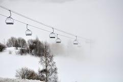 Skilift in de mist Stock Afbeelding
