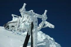 Skilift die met sneeuw wordt behandeld Stock Foto