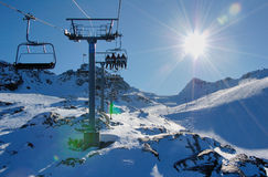 Skilift en helling op de berg stock afbeelding