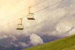 Skilift en liften op de bergalpen, met wolken Royalty-vrije Stock Foto's