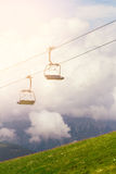 Skilift en liften op de bergalpen, met wolken Royalty-vrije Stock Foto
