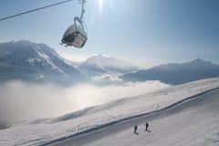 Skilift en skiërs stock foto