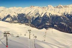 Skilift en skitoevlucht in Franse alpen, Les Sybelles, Frankrijk Royalty-vrije Stock Afbeelding