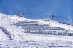 Skilift en sneeuwomheiningen in Oostenrijkse Alpen Stock Afbeeldingen