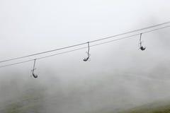 Skilift im Nebel Stockfotografie