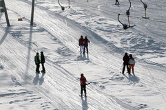 T barskilift die skiër opheft de helling Stock Afbeelding