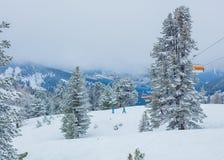 Skilift met skiërs bij skitoevlucht Royalty-vrije Stock Foto