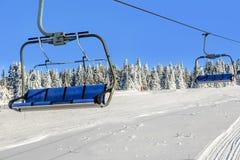 Skilift met stoelen in Kopaonik Royalty-vrije Stock Afbeelding