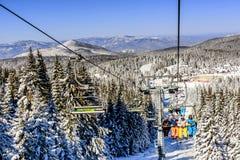 Skilift met stoelen in Kopaonik-toevlucht in Servië Stock Foto's