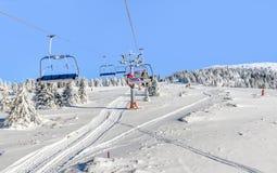 Skilift met stoelen in Kopaonik-toevlucht in Servië Royalty-vrije Stock Fotografie