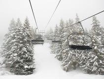 Skilift in mist Stock Afbeelding