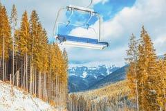 Skilift over bomen Stock Foto's