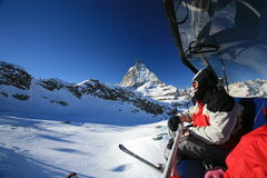 Skilift over Matterhorn stock foto