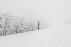 Skilift over sneeuwberg in skitoevlucht Stock Fotografie