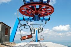 Skilift am Skiort und an den cloluds Lizenzfreie Stockfotos